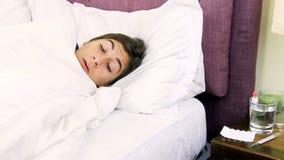 Chora kobieta w łóżkowym uczuciu sic zdjęcie wideo