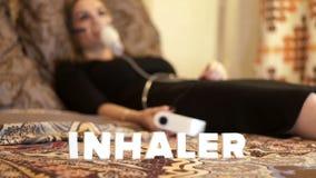 Chora kobieta w łóżku w inhalator maskowej robi inhalaci dla astmy traktowania zdjęcie wideo