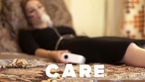 Chora kobieta w łóżku w inhalator maskowej robi inhalaci dla astmy traktowania zbiory wideo