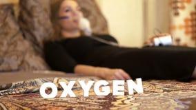 Chora kobieta w łóżku w masce tlenowej robi inhalaci dla astmy traktowania zbiory wideo