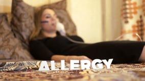 Chora kobieta w łóżku w nebulizer maskowej robi inhalaci dla alergii traktowania zdjęcie wideo