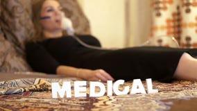 Chora kobieta w łóżku w nebulizer maskowej robi inhalaci dla astmy traktowania zbiory