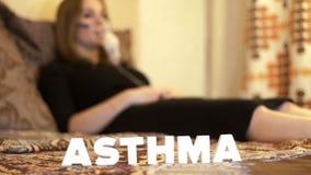 Chora kobieta w łóżku w nebulizer maskowej robi inhalaci dla astmy traktowania zbiory wideo