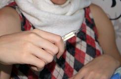 Chora kobieta, zimno stawia termometr fotografia royalty free