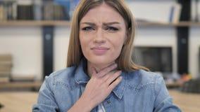Chora młoda kobieta Ka, gardło Wznosi się zbiory wideo
