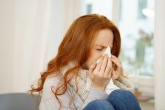 Chora młoda kobieta z sezonową grypą obrazy royalty free