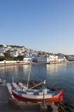 Chora Mykonos am Schacht des blauen Himmels und der kleinen Taverne Stockfoto