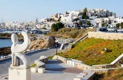 Chora Naxos, Grekland med Naxianen Sphynx som ut ser till havet Arkivfoton