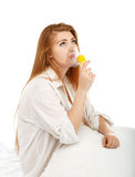 Chora piękna młoda kobieta ono robi inhalaci masce dla bre Obraz Stock
