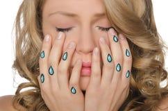 Chorando a mulher com os rasgos nas mãos Imagem de Stock Royalty Free