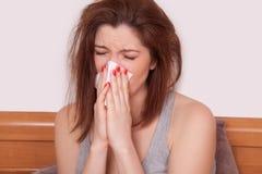 Chorej kobiety Złapany zimno TARGET676_1_ w Tkankę Migrena Obrazy Royalty Free