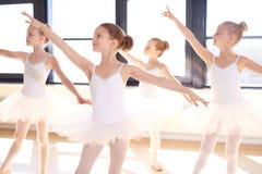 Choreographed dans av barnballerina för en grupp Arkivbild