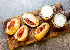 Choripan Latin - amerikansk argentinare- och chilenaremat Grillade chorizokorvvarmkorvar tjänade som med öl, den bästa sikten, st royaltyfri foto