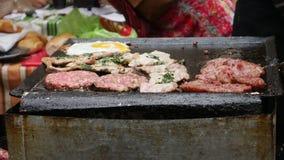 Choripan, una comida de la calle que es preparada en el disctrict de Boca del La de Buenos Aires en la Argentina almacen de metraje de vídeo