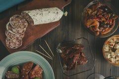 Chorizo, салями и оливки на деревянном столе стоковое изображение rf