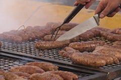 Chorizo argentin typique grillé dans la rue Viande argentine photos stock