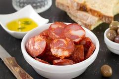 Chorizo dans la cuvette avec de l'huile image stock
