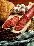 Chorizo espagnol sur un panneau de bois de construction Photo stock