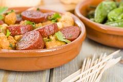 Chorizo et pain et Tapas de poivrons de Padron Images libres de droits