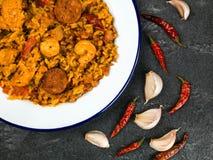 Chorizo et Roi Prawn Paella Meal de poulet Photos stock