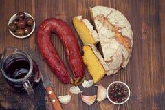 Chorizo fumé de saucisse avec du pain de maïs sur le fond en bois Photo libre de droits