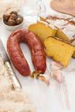 Chorizo fumé de saucisse avec du pain de maïs sur le fond en bois Photographie stock libre de droits