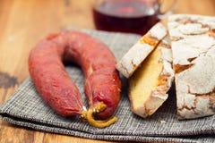 Chorizo fumé de saucisse avec du pain de maïs sur le fond en bois Image stock