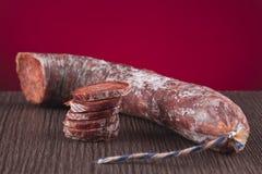 Chorizo iberico in einer Tabelle Stockfoto