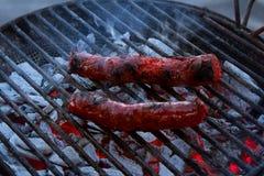 Chorizo op de grill wordt geroosterd die stock afbeelding