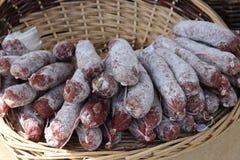 Chorizo worsten in een mand Stock Fotografie
