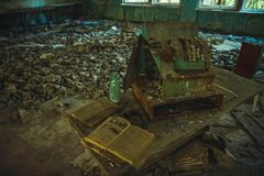 Chornobyl uteslutandezon Radioaktiv zon i den Pripyat staden - övergiven spökstad Tjernobyl historia av katastrofen arkivfoto