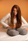 Choroba żołądka obolałości bólu okres, kobiety cierpienie odizolowywający Obrazy Royalty Free