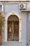 Chorobliwy stary drewniany drzwi popielaty dom zdjęcia royalty free