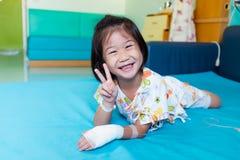 Choroby azjatykci dziecko przyznawa? w szpitalu z zasolony ?r?d?ylnym na r?ce fotografia stock
