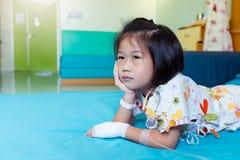 Choroby azjatykci dziecko przyznawa? w szpitalu z zasolony ?r?d?ylnym na r?ce obrazy royalty free