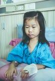Choroby azjatykci dziecko przyznawał w szpitalu z zasolonym iv kapinosem dalej Fotografia Royalty Free