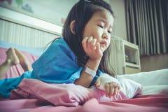 Choroby azjatykci dziecko przyznawał w szpitalu z zasolonym iv kapinosem dalej Obrazy Stock