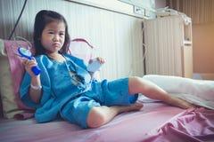 Choroby azjatykci dziecko przyznawał w szpitalu z zasolonym iv kapinosem dalej Obraz Royalty Free