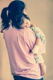 Choroby dziecko w szpitalu, zasolony śródżylny na ręka azjata (IV) Obrazy Royalty Free