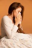 Choroby grypa - młodej kobiety lying on the beach Na łóżku Infekującym Z alergią Blo obraz royalty free