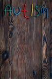 choroby Infantylny autyzm Słowo z barwionymi listami na ciemnym drewnianym tło odgórnego widoku tła odgórnego widoku copyspace fotografia royalty free