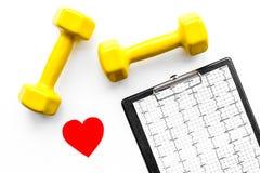 choroby serca uniemożliwia Serca znak, kardiogram i dumbbells na białego tła odgórnym widoku, Fotografia Stock