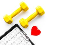choroby serca uniemożliwia Serca znak, kardiogram i dumbbells na białym tło odgórnego widoku copyspace, Zdjęcie Royalty Free