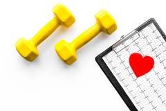 choroby serca uniemożliwia Serca znak, kardiogram i dumbbells na białym tło odgórnego widoku copyspace, Obrazy Royalty Free