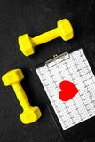 choroby serca uniemożliwia Serca znak, kardiogram i dumbbells na czarnego tła odgórnym widoku, Zdjęcia Stock