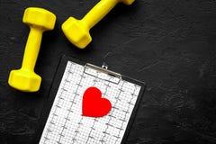 choroby serca uniemożliwia Serca znak, kardiogram i dumbbells na czarnym tło odgórnego widoku copyspace, Obrazy Royalty Free