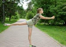Chorograficzny taniec w parku z lody w rękach radości nadchodzący lato i wakacjach, obraz stock