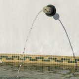 Chorro de agua que cae en una piscina Fotografía de archivo
