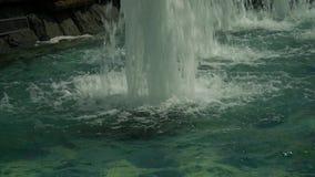 Chorros de agua tempestuosos en la fuente almacen de video