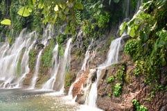 Chorros de la Calera瀑布在Juayua,芸香de拉斯弗洛雷斯它 免版税库存图片